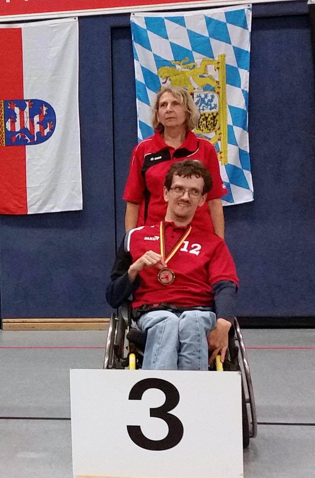 Christoph Voit bei seinem Erfolg (mit im Bild die Betreuerin)