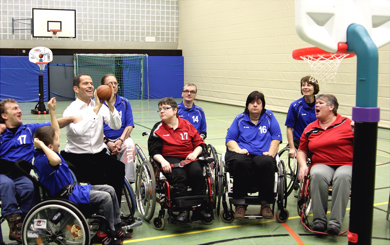 Albert Rupprecht bei seinem Besuch der Rollstuhlsportgruppe